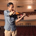 One-handed violinist helps the disabled make music